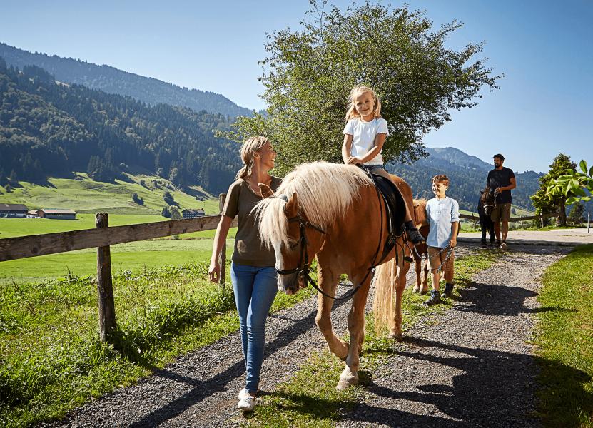 allgaeu-tourismus-reiten-bauernhof-happylife-christophgramann